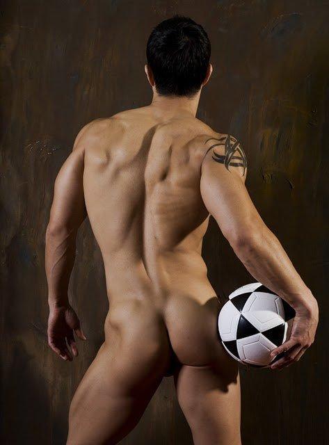 Hombre desnudo enseñando nalgas