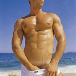 hombre-desnudo-guapo-alto-playa-traje-bano