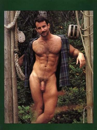 Señor desnudo mostrando su pene y pecho peludo