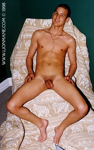 Hombre desnudo abierto de piernas y enseñando pene