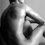 Hombre desnudo pensando sentado