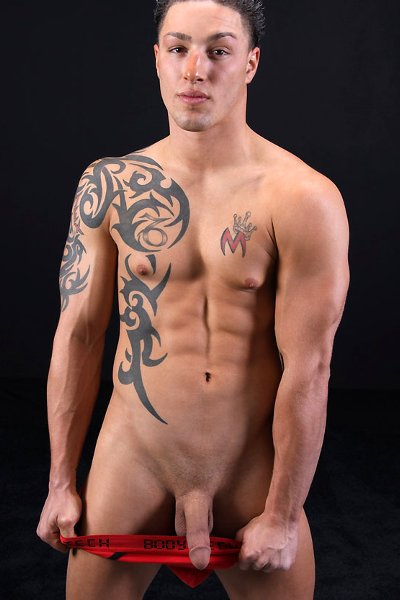 Hombres desnudos con tatuajes